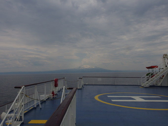 新日本海フェリーらいらっくデッキから望む残雪輝く雄大な鳥海山