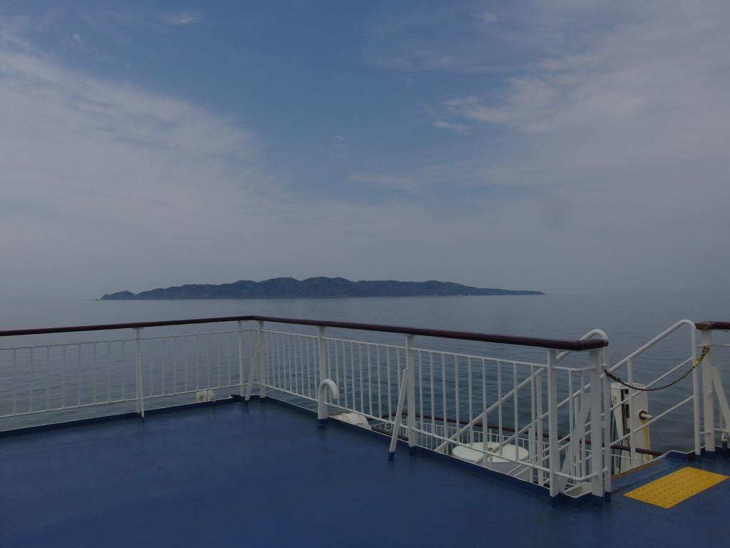 新日本海フェリーらいらっくから眺める粟島
