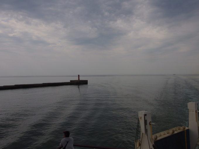 新日本海フェリーらいらっくはゆっくりと新潟港を目指す
