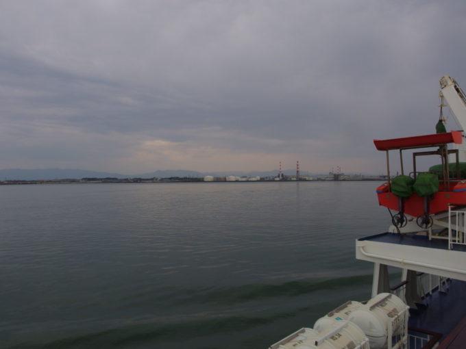 新日本海フェリーらいらっくは信濃川を遡り新潟港へ