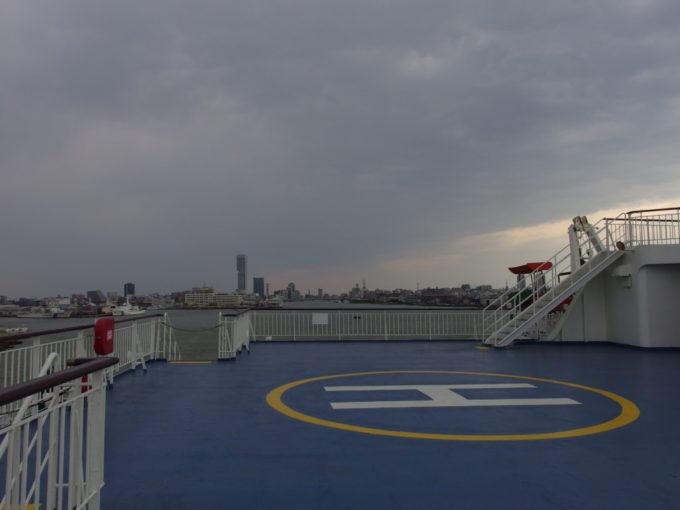 新日本海フェリーらいらっく新潟港内で巨大な船体を器用に回す