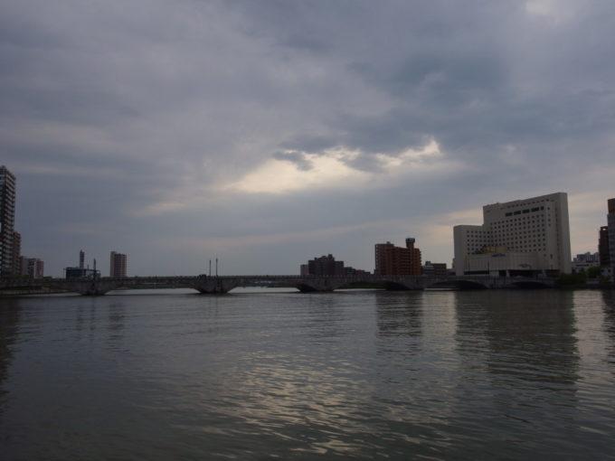信濃川に架かる新潟万代橋