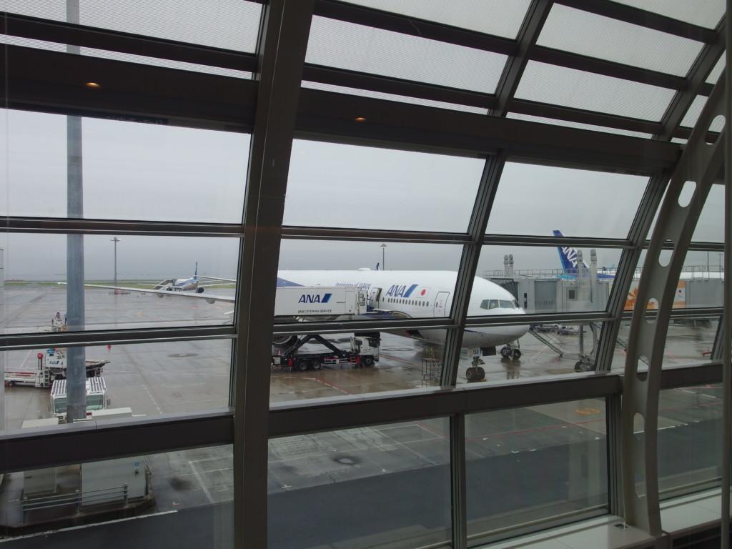羽田空港第2ターミナルから眺めるANAB777沖縄那覇行き