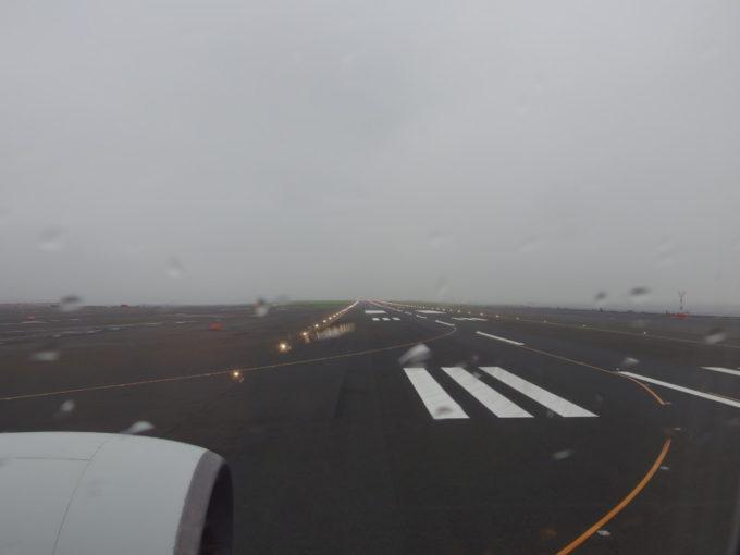 羽田空港雨に濡れ煌めく滑走路の誘導灯