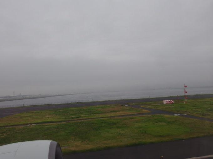 全日空B777は滑走を始めて羽田を離陸