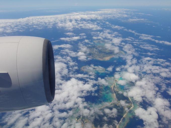ANAB777眼下に島と珊瑚礁が見えたらもうすぐ那覇着陸