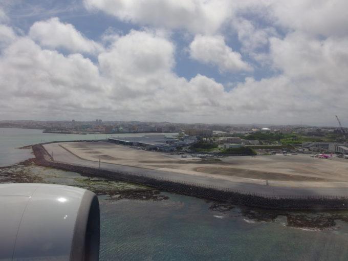 ANAB777は轟音と共に那覇空港に着陸