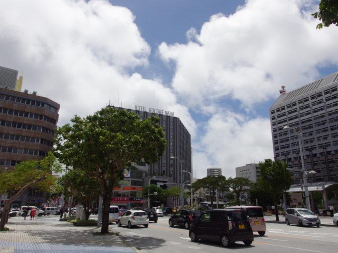 初の沖縄本島夏空と白い雲県庁前の交差点