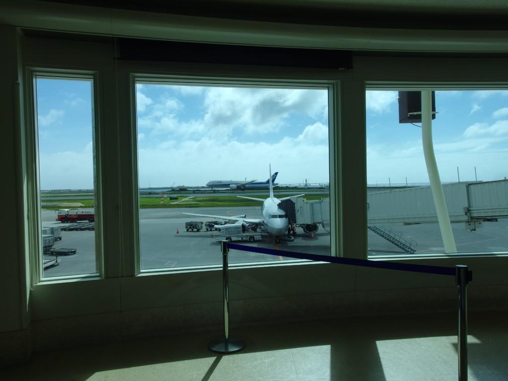 那覇空港に駐機中のANAB737南ぬ島石垣空港行き