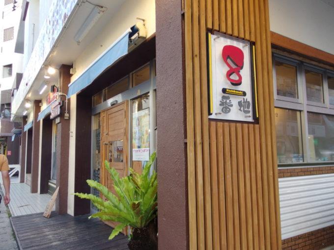 石垣島の繁華街に位置する居酒屋8番地