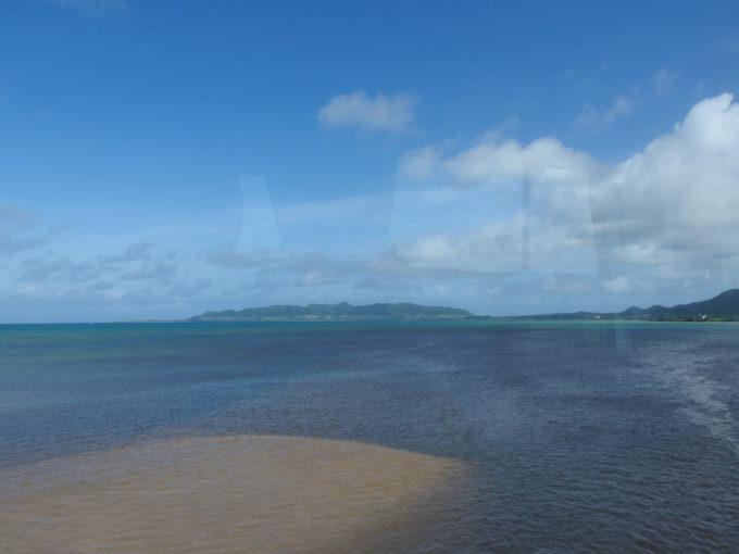 夏の石垣島東運輸川平リゾート線車窓より眺める遠浅の青い海