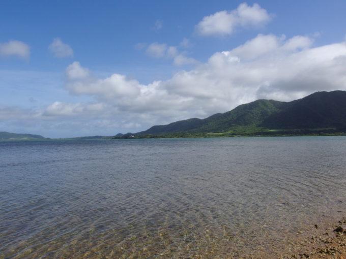 夏の石垣島人気のない静かな美しい名蔵湾
