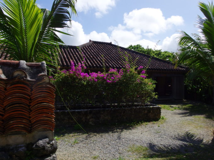夏の石垣やいま村旧大浜邸を守る赤瓦の塀
