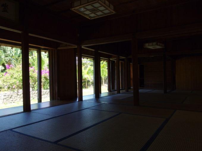 夏の石垣やいま村日陰で風通しがよく涼しい室内