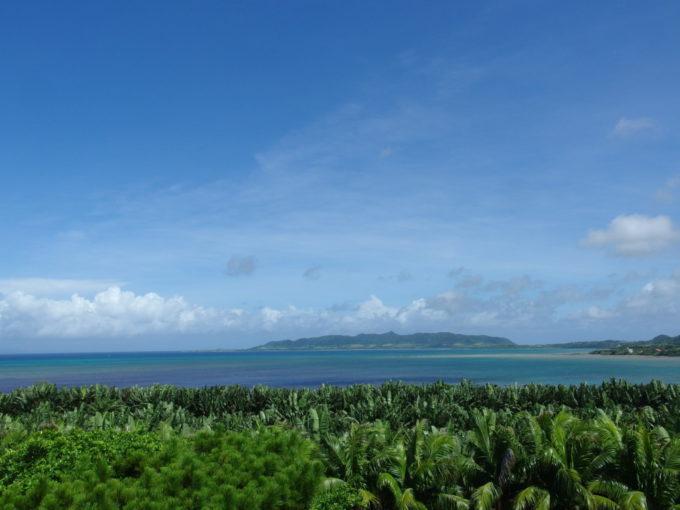 夏の石垣やいま村アンパル塔より青い名蔵湾を望む