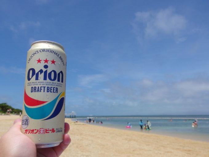 フサキビーチで青い海つまみにオリオンビールを