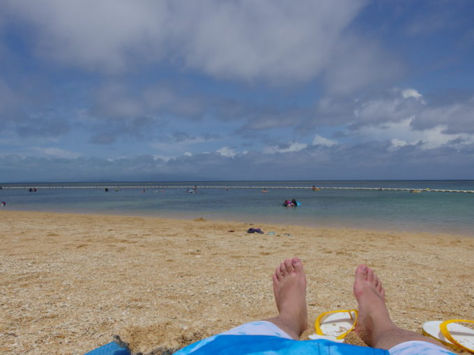 夏の石垣島爽快な青さのフサキビーチで日光浴