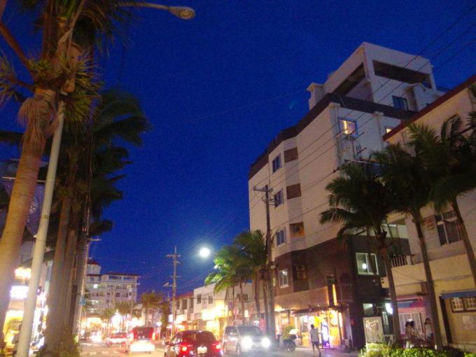 夏の石垣島ほろ酔いで歩く夜の街並み