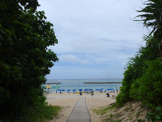 夏の石垣島薄曇りの真栄里ビーチ