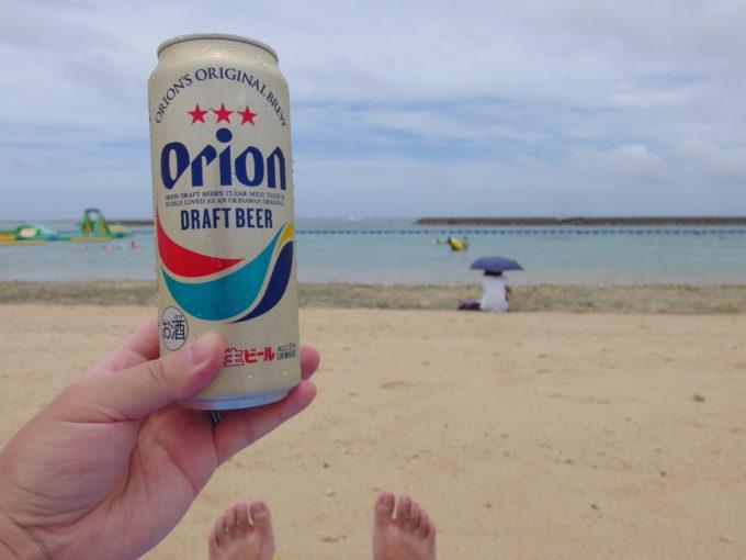 夏の石垣島真栄里ビーチで飲むオリオンビール