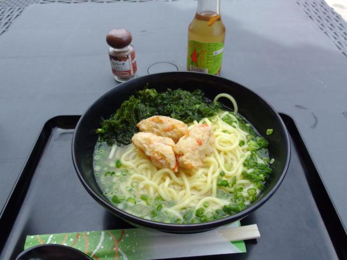 夏の石垣島ANAインターコンチネンタル石垣リゾートビーチレストランでアーサ入り八重山そば