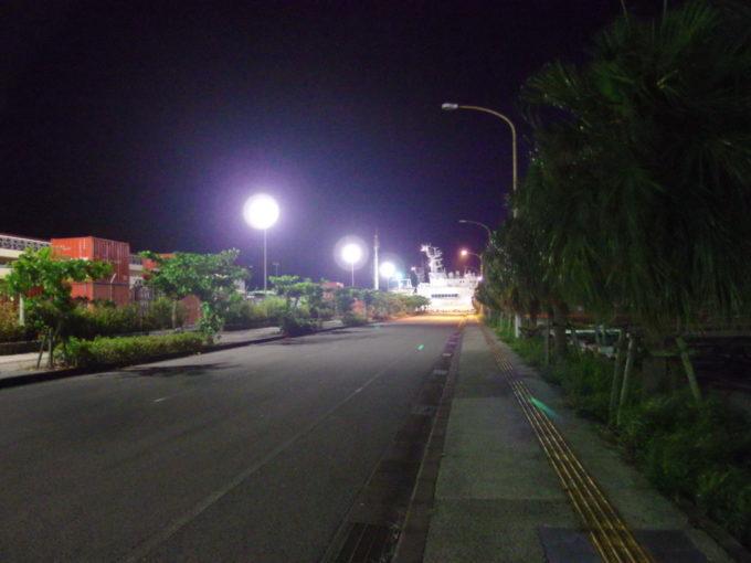 夏の石垣島ほろ酔いで散歩する夜の港湾