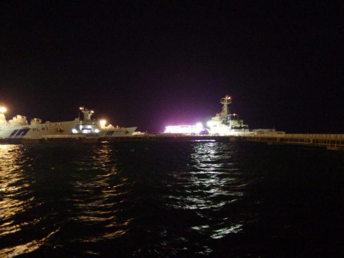 夏の石垣島夜の港湾から眺める海上保安庁の巡視船と巨大客船ワールドドリーム