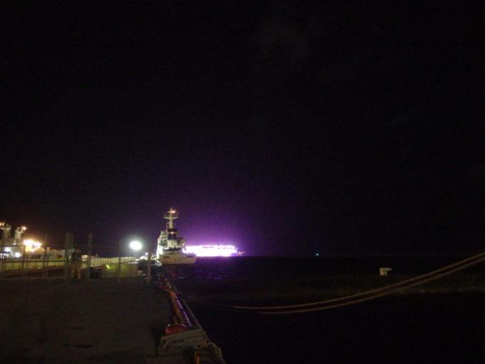 夏の石垣島夜の海に浮かぶ巨大客船ワールドドリームのド派手なネオン