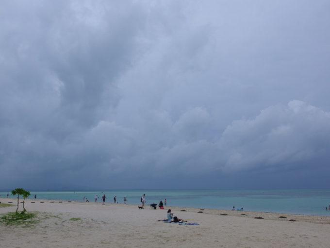 夏の竹富島曇り空のコンドイビーチ