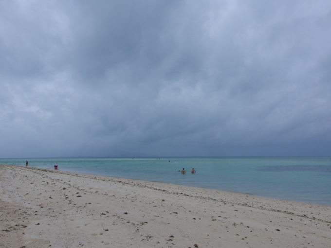 夏の竹富島曇天のコンドイビーチでベストポジションを探す