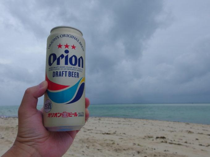 夏の竹富島曇天のコンドイビーチでオリオンビールを