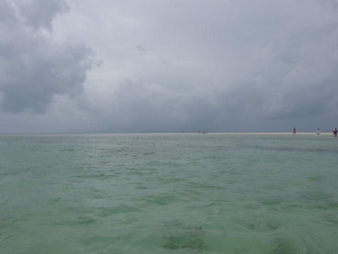夏の竹富島曇天のコンドイビーチで沖の砂州を目指す