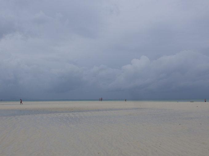 夏の竹富島曇天のコンドイビーチで沖の砂州に上陸