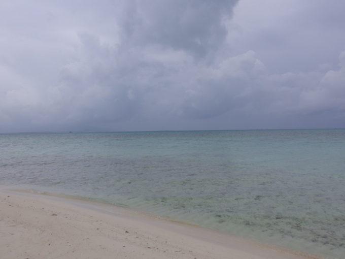 夏の竹富島曇天のコンドイビーチで沖の砂州から望む透明度抜群の海