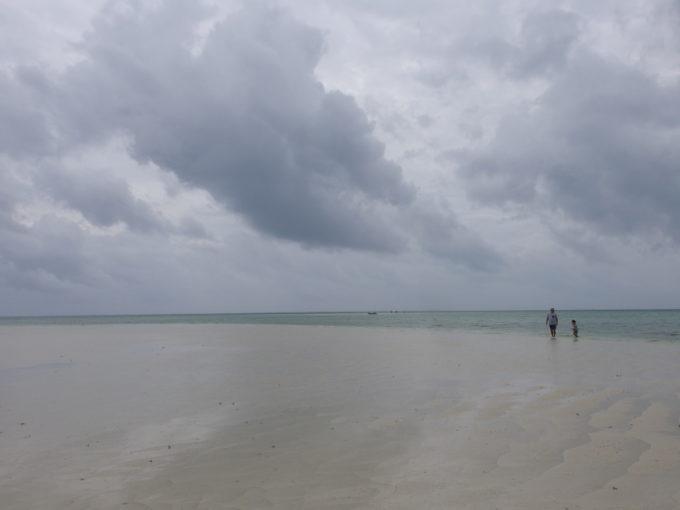 夏の竹富島曇天のコンドイビーチで沖の砂州で味わう幻想的な世界