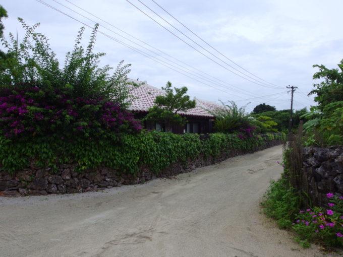 夏の竹富島象徴的な集落の光景