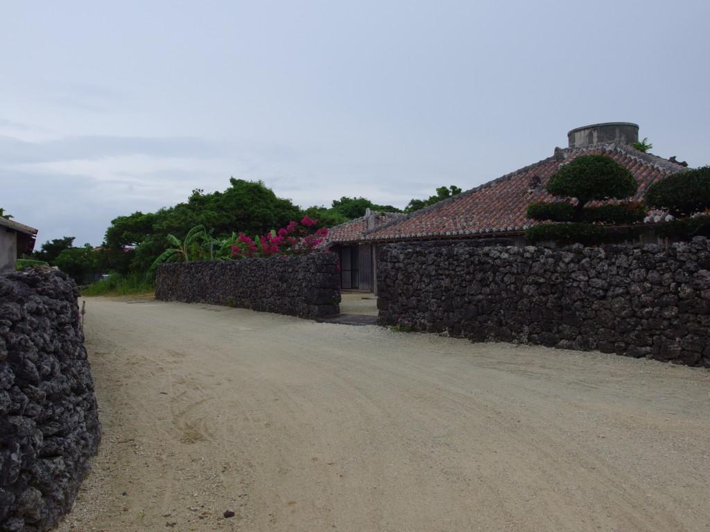 夏の竹富島連なる石垣と赤瓦
