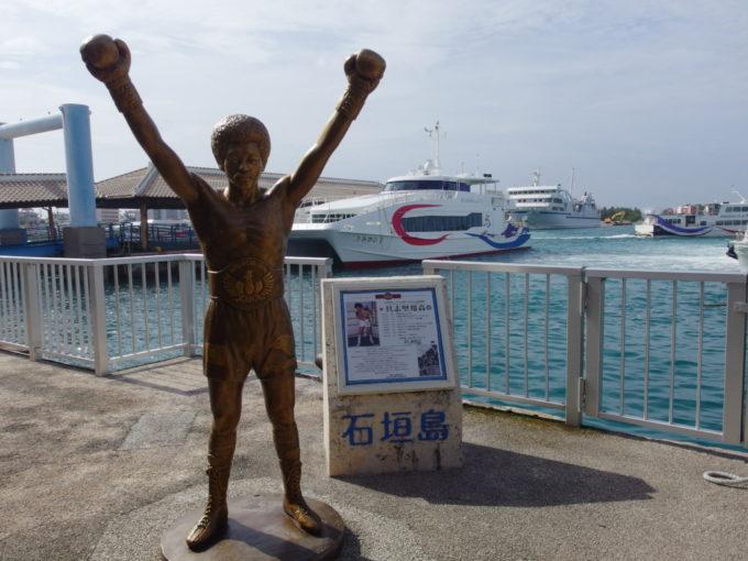 夏の石垣港離島ターミナル晴天に輝く具志堅さんと安永観光うみかじ2