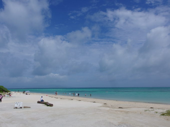 夏の石垣島竹富島晴天に青く輝くコンドイビーチ