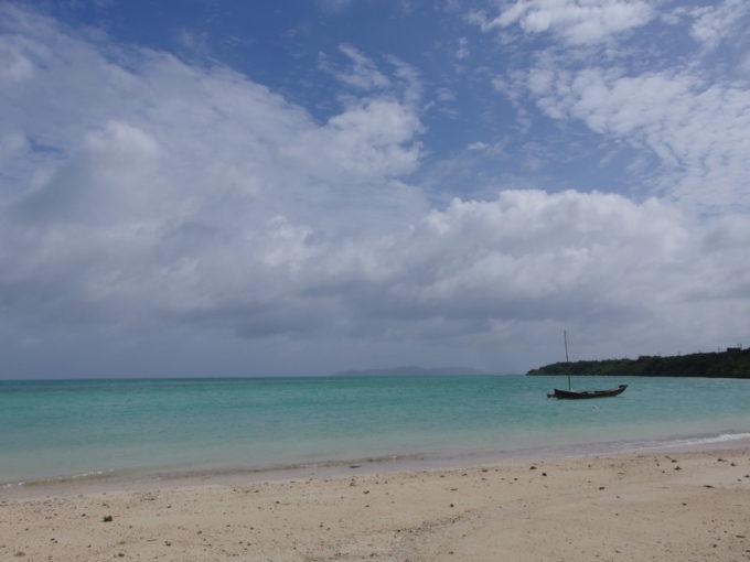 夏の石垣島竹富島コンドイビーチに浮かぶサバニ