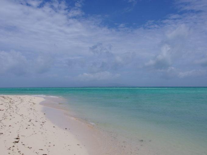 夏の石垣島竹富島今日の居場所を探して浜辺を歩く