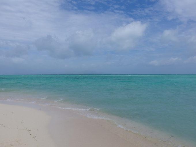 夏の石垣島竹富島コンドイビーチ太陽に焼かれ暑くなったら海へ