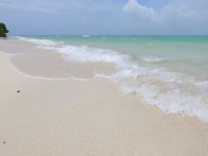 夏の石垣島竹富島コンドイビーチ白い砂浜を洗うきれいな波