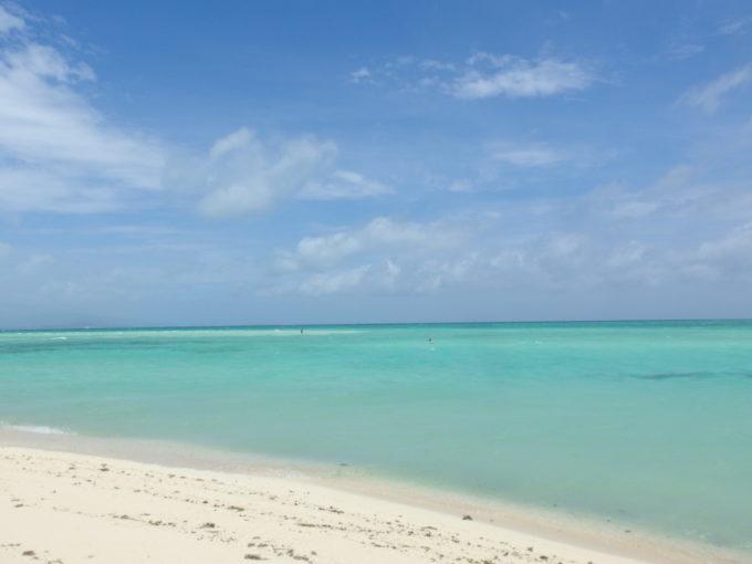 夏の石垣島竹富島コンドイビーチ強まる陽射しに一層増す鮮やかさ