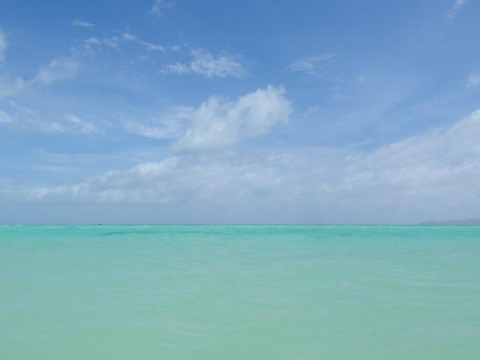 夏の石垣島竹富島コンドイビーチ波に身を委ね浴びる青