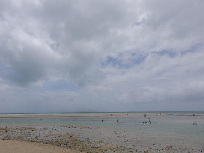 夏の石垣島竹富島コンドイビーチ干上がった浅瀬の海