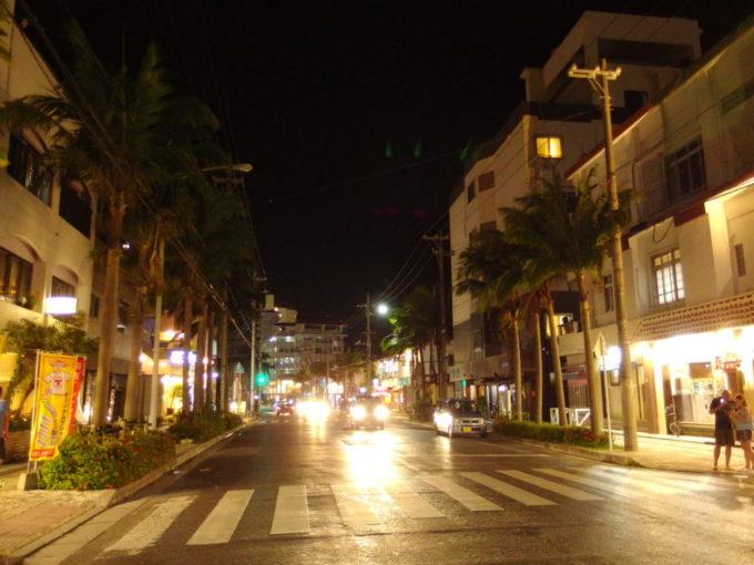 夏の石垣島心地よい酔いを感じつつ歩く夜の街