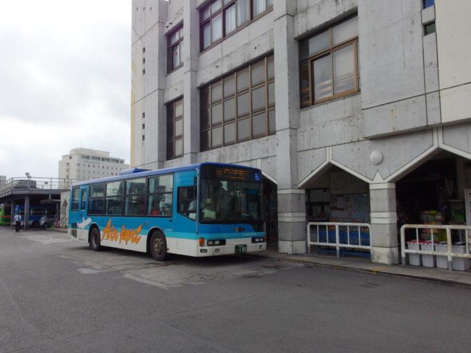 石垣バスターミナルより東運輸のバスで空港へ
