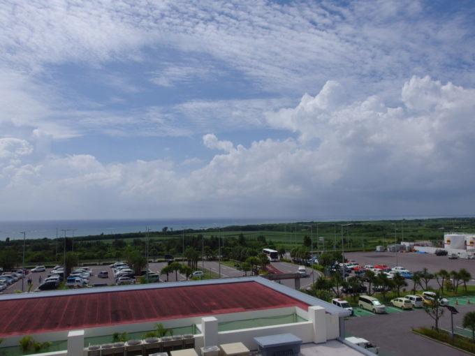 南ぬ島石垣空港の展望デッキより眺める青い空と青い海
