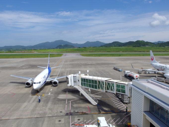 南ぬ島石垣空港に到着したANAB737スーパードルフィン那覇空港行き